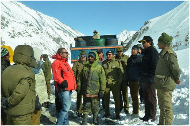 Feroz Khan visits Gumri, inspects snow clearance work