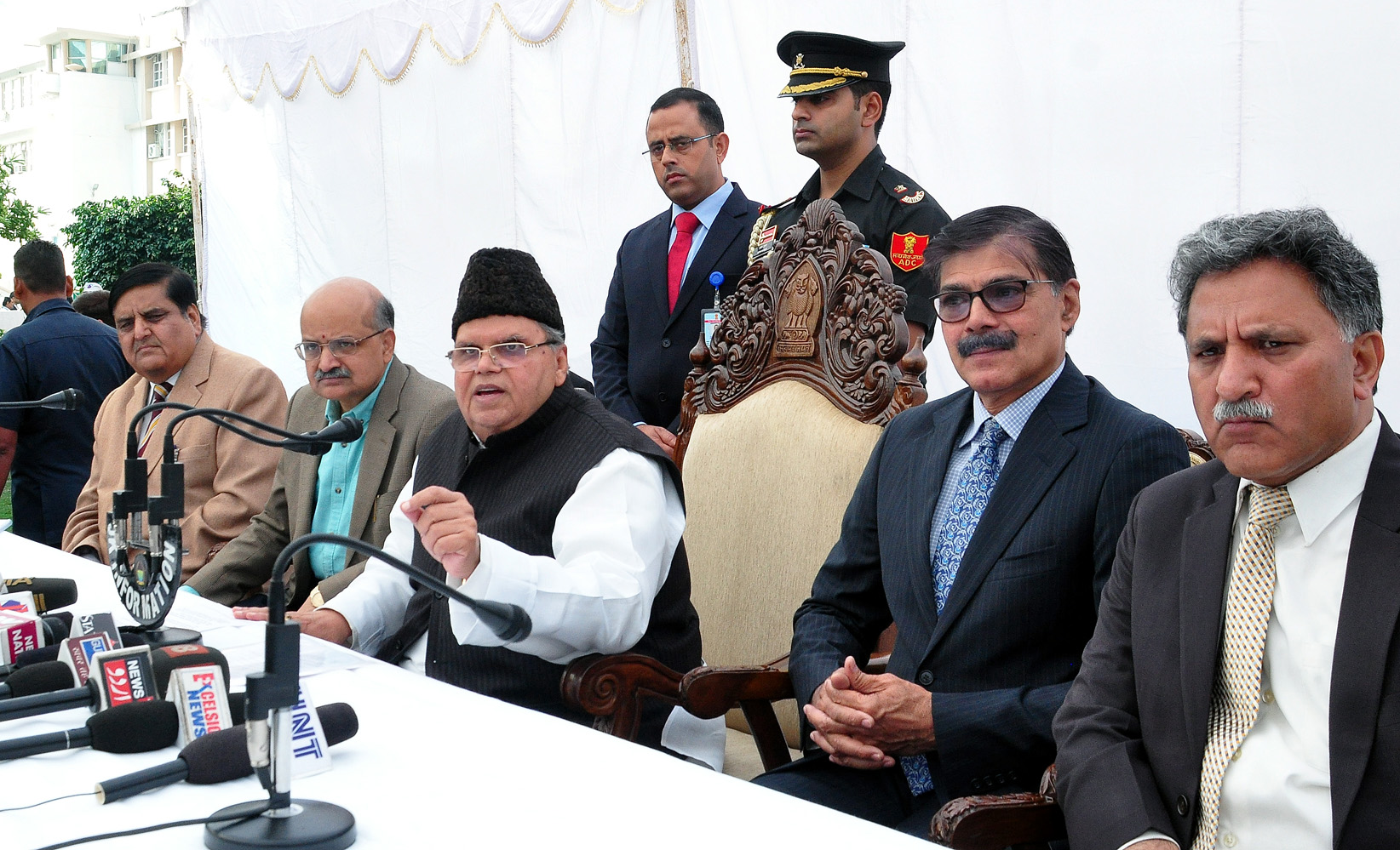 Governor Satya Pal Malik flanked by his advisors and Chief Secretary addressing a presser on Darbar opening at civil secretariat Jammu on Monday