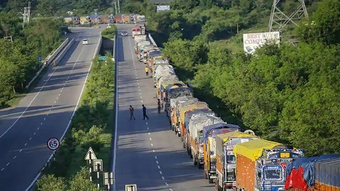 Thousands of stranded trucks move to Srinagar as one way traffic allowed Tuesday evening continues on Kashmir highway