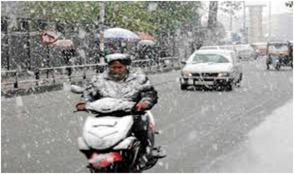Srinagar receives this year's first heavy snowfall, Srinagar-Jammu Highway closed for traffic